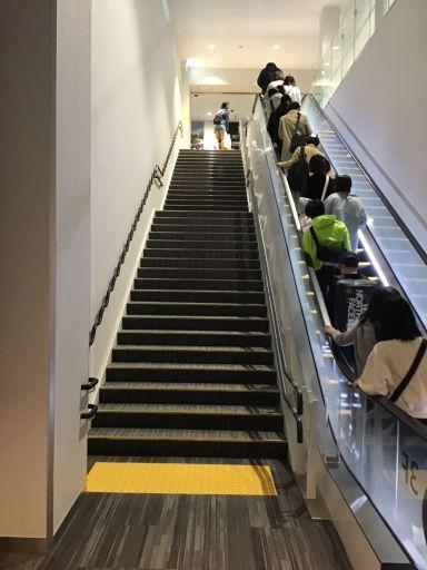 飛行機を出て(2階)から3階に上がる様子