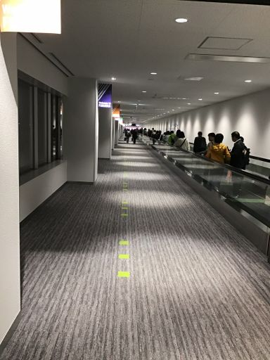 3階の廊下。右側には動く歩道もあるくらい長い