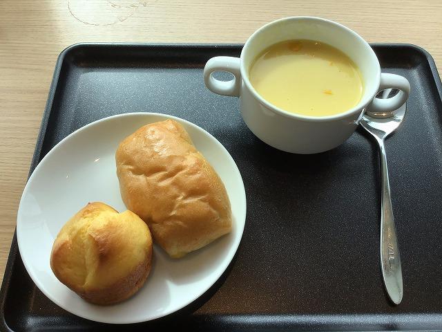 コーンポタージュスープとパン