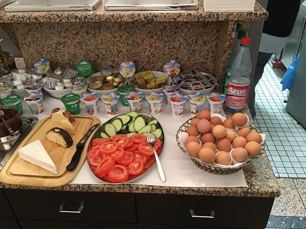 野菜、ゆで卵、チーズ、ヨーグルトなど