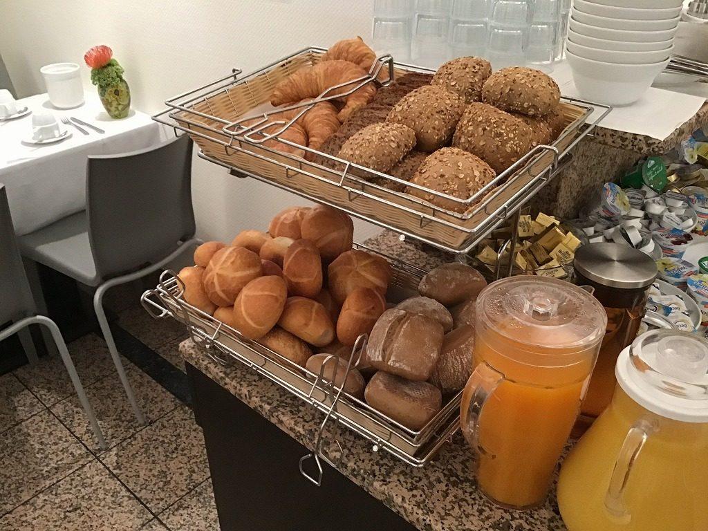 朝食のパン、ジュース