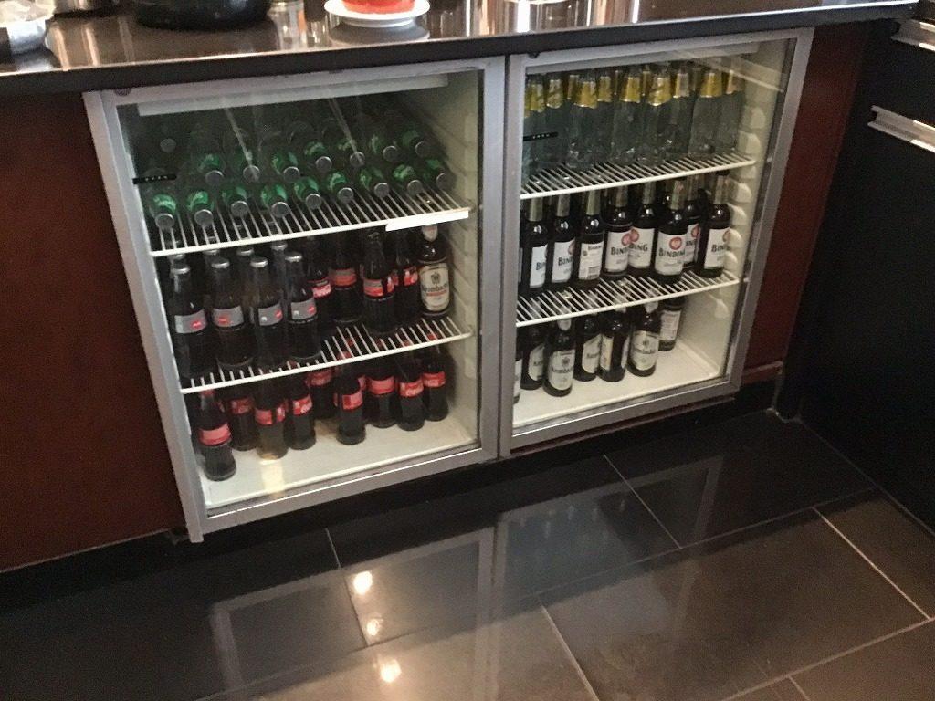 冷蔵庫の中のビール、コーラ類