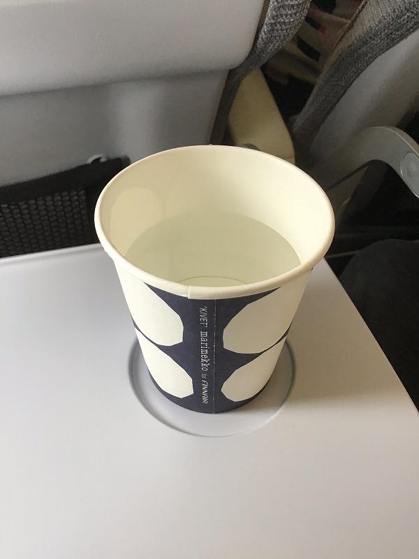 マリメッコデザインカップに入れられた水