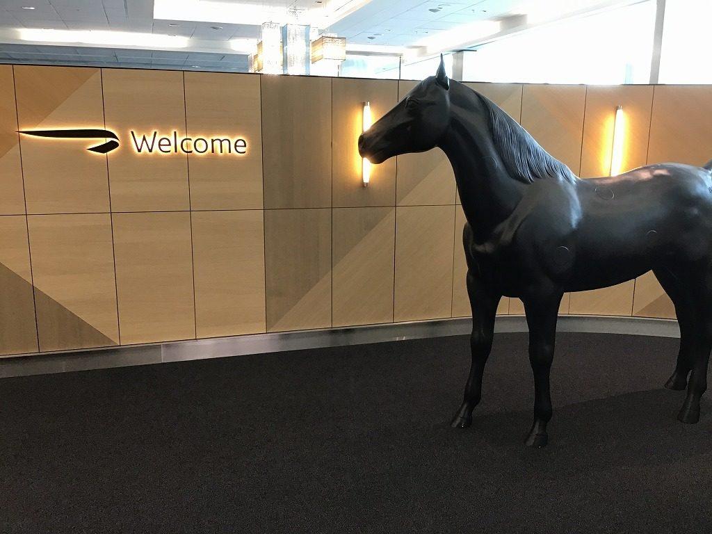 ラウンジ入口(馬のモニュメント)