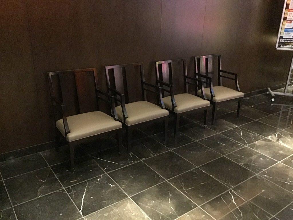 羽田空港ファーストクラスチェックインカウンター内腰かけスペース