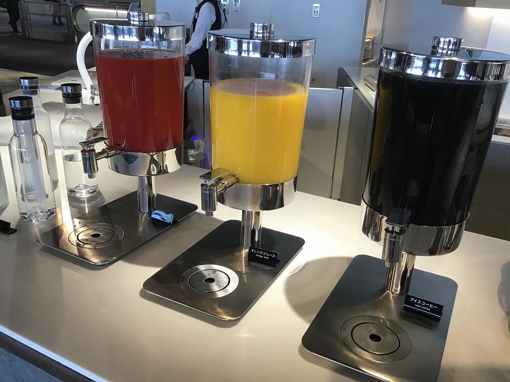 トマトジュース、オレンジジュース、コーヒー