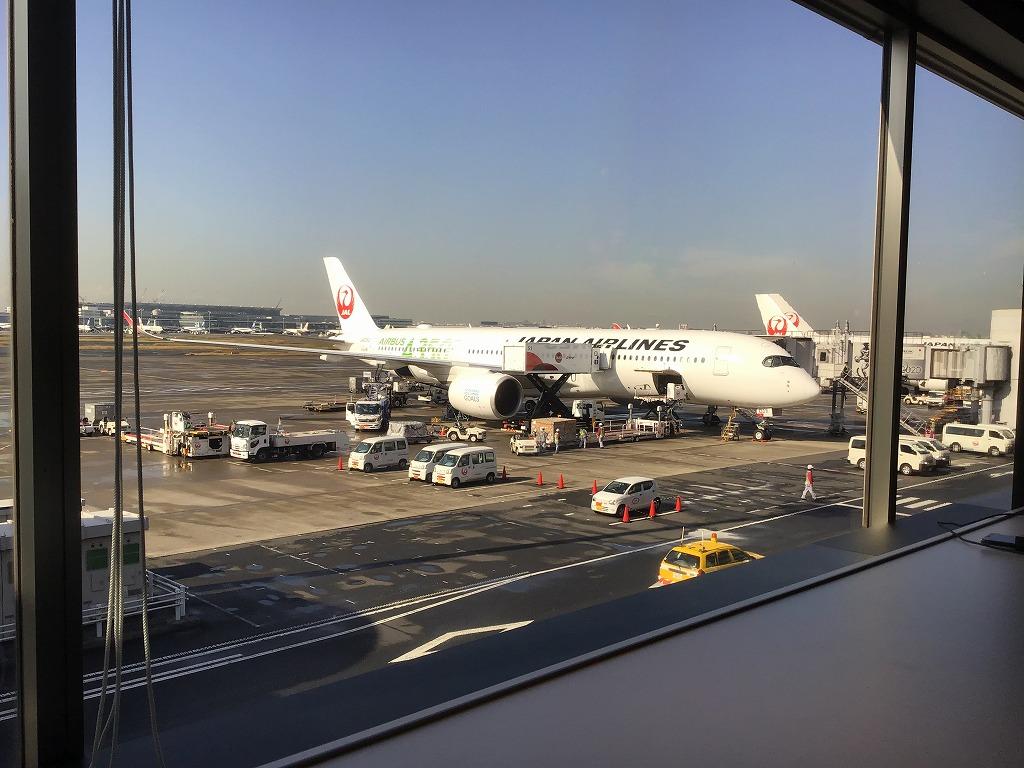 窓が大きく飛行機が眺められるのが特徴