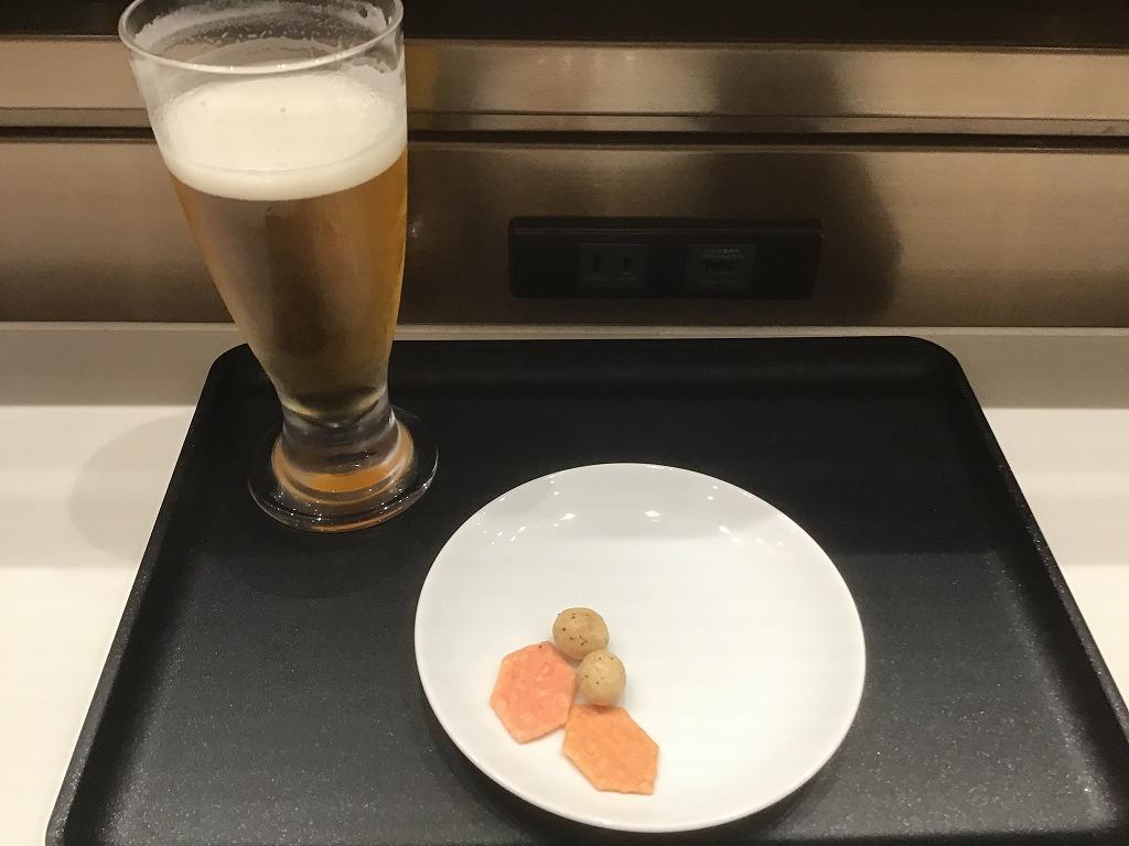 ビールとつまみ(手を多少つけたもの)