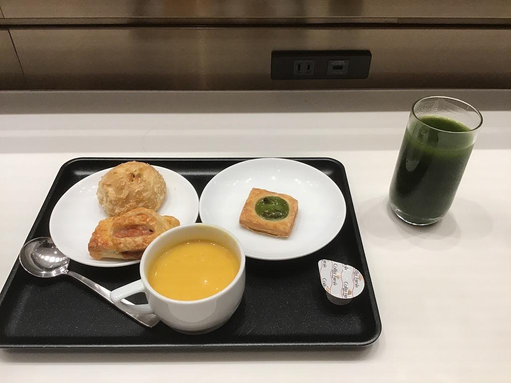 青汁とパン、パンプキンスープ