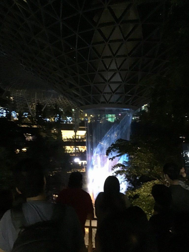 幻想的な人工滝