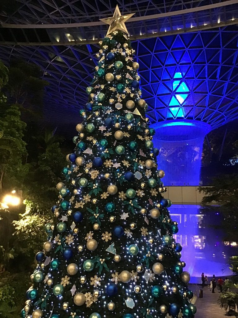 クリスマスツリーと人工滝