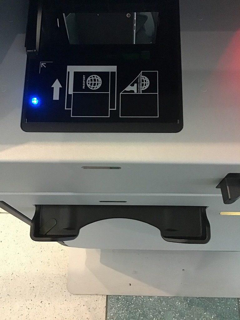 自動チェックイン機(パスポート挿入部)